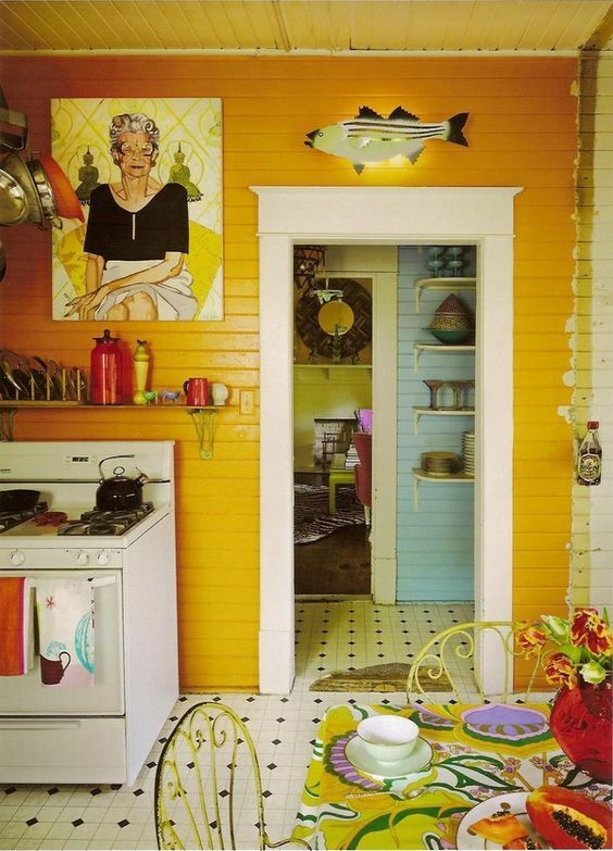Colorful, cozy kitchen with a few quirky touches. i.pinimg.com .