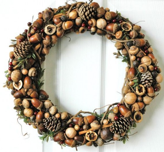 22 Beautiful Nut And Acorn Wreaths For Natural Fall Décor - DigsDi