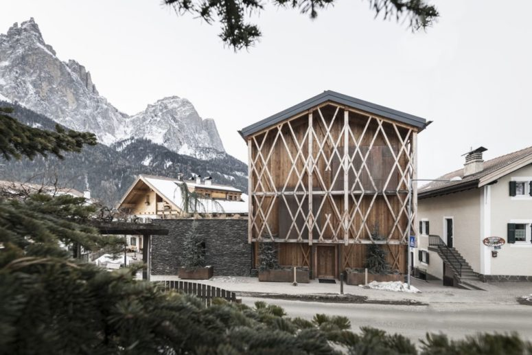 Eclectic Barn-Like Home At The Foot Of A Mountain - DigsDi