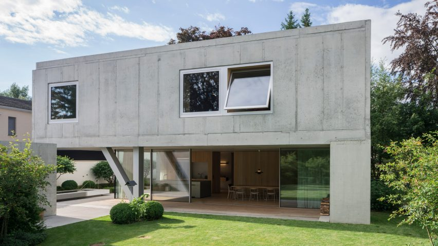Raw concrete UF Haus in Bavaria cantilevers over outdoor terra