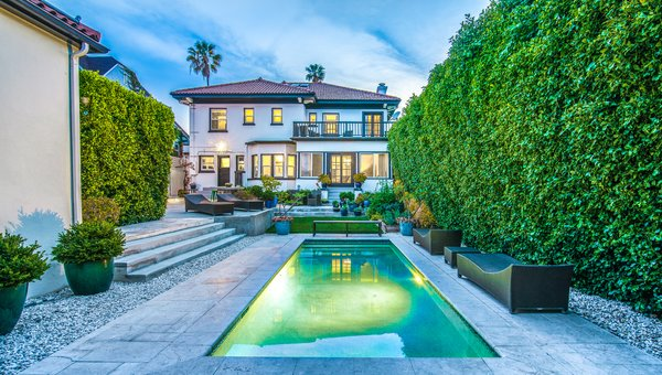 1920's Estate Ready For Its Close-Up Modern Home in Los Angeles .